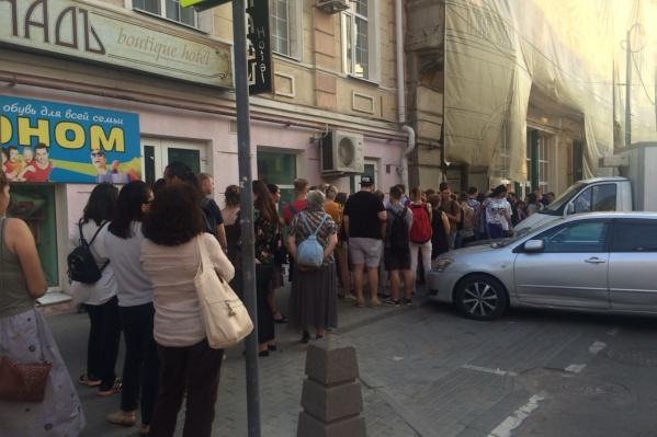 Сотни людей вышли в защиту здания