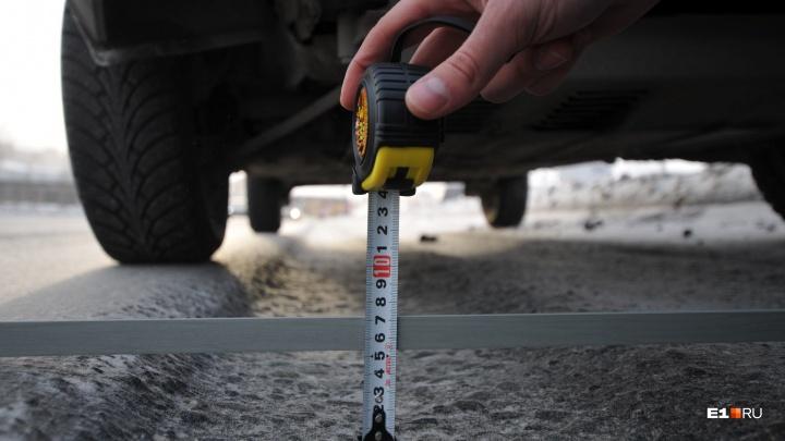 На Урале водитель отсудил у коммунальщиков 113 тысяч рублей за разбитую из-за колеи иномарку