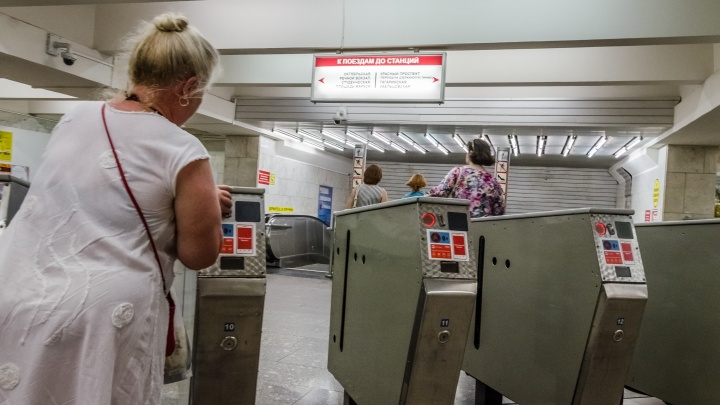 Ждут ненужный чек: пассажиры метро встали в очереди перед турникетами