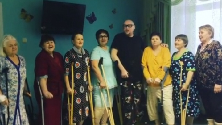 Певец Шура собрал в Кургане группу «ШУРАновские бабушки» и спел гимн здоровью