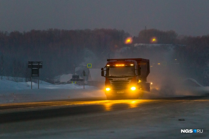 Замерших водителей могут доставить в тёплое место — как правило, до ближайшего участка дорожных служб. А в случае экстренной необходимости авто с согласия водителя транспортируют в тёплый бокс или до ближайшего примыкания к дороге