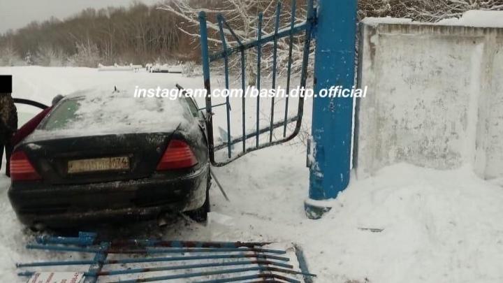 Автомобиль «вынес» ворота кладбища в Башкирии