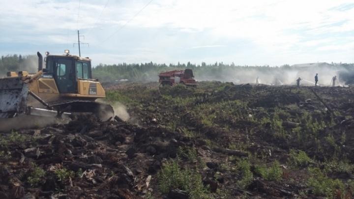 «За час проливали 360 тонн воды»: архангельские пожарные спасли посёлок Светлый от удушливой свалки