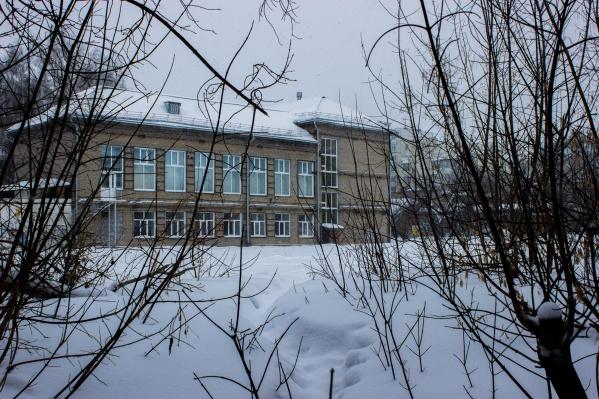 Когда-то участок принадлежал школе, но её давно закрыли — местные предполагают, что из соображений безопасности: стены здания, как и у соседних домов, стянуты обручами