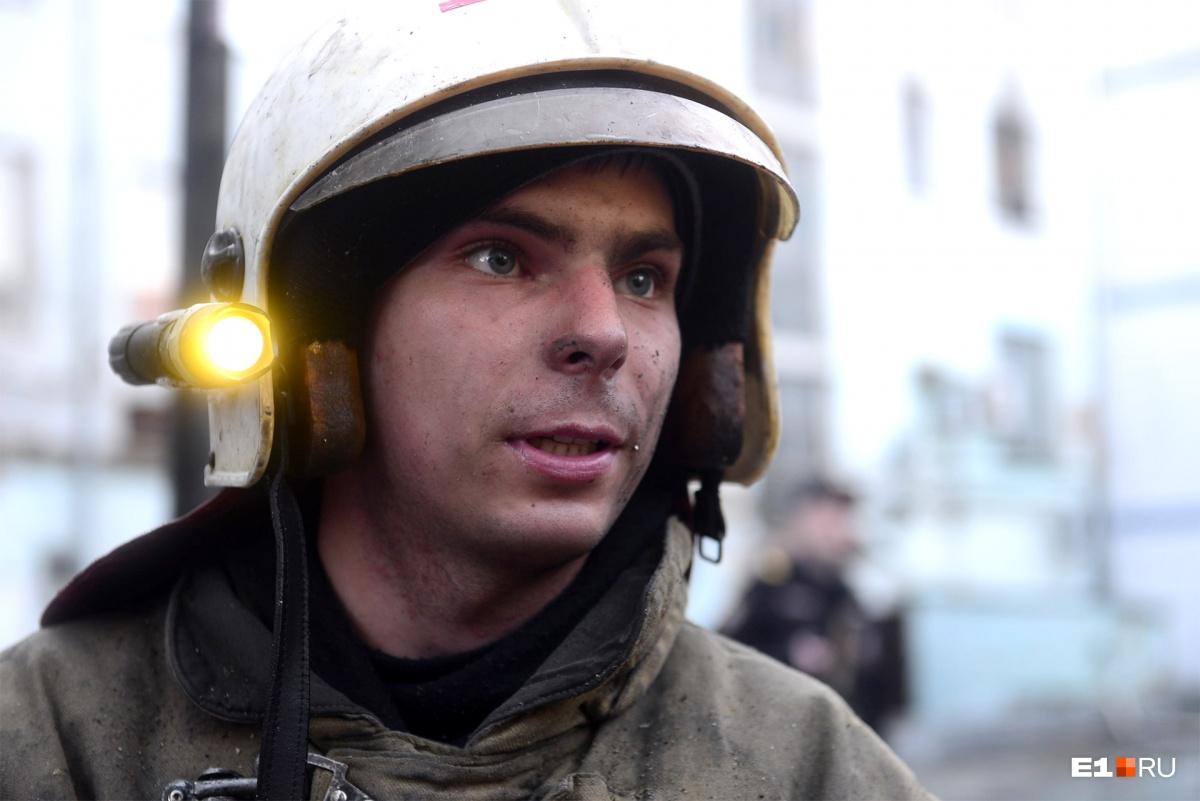 Пожарный Денис рассказал, что кота нашли в одной из комнат на третьем этаже