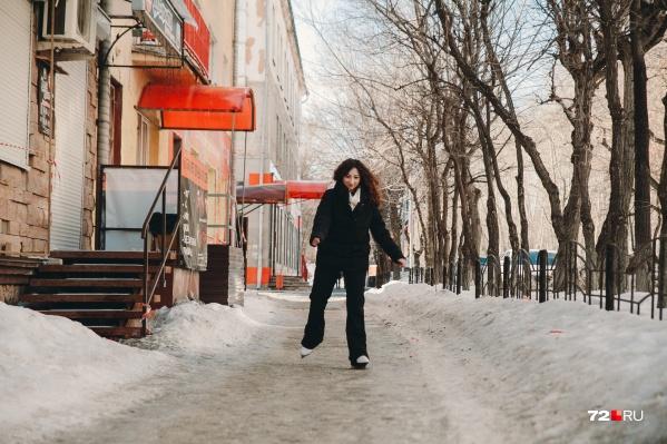Кататься на дворовом льду оказалось труднее, чем наспециализированном. А всё дело в том, что на произвольном есть кочки и неровности. Только представьте, каково ходить по такому льду в обычной обуви