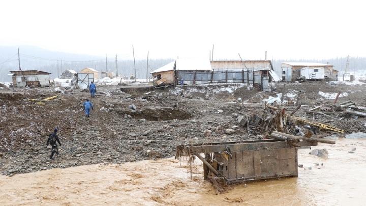 Рабочих из поселка золотодобытчиков эвакуировали в школу в соседнем селе
