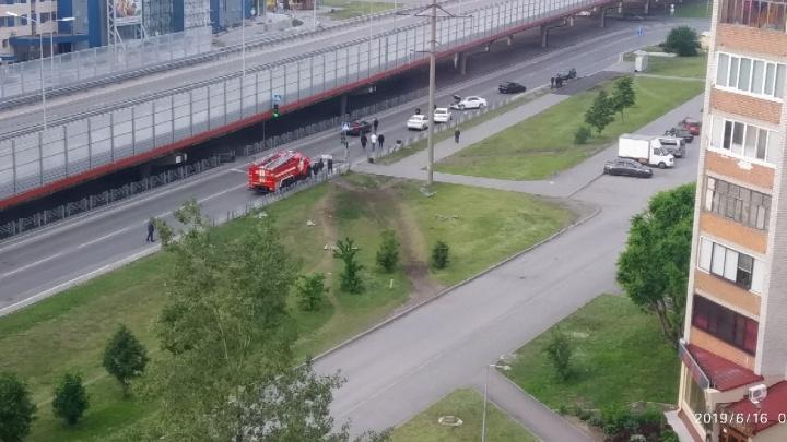 Участники утренней аварии на Мельникайте снесли ограждение и травмировали пассажира