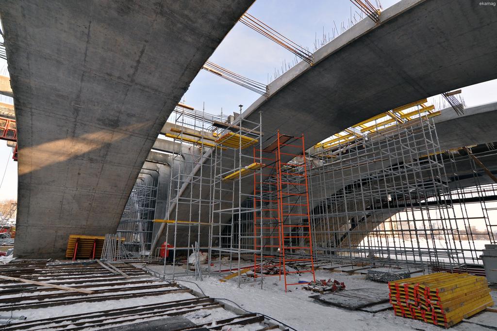 На фото можно вблизи посмотреть, как выглядит пространство под мостом