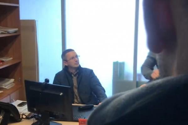 Эдуард Ступак работал в тюменском филиале«АльфаСтрахования» начальником отдела безопасности и попался на подкупе. Сейчас в отношении него расследуется уголовное дело по статье«Мелкий коммерческий подкуп»
