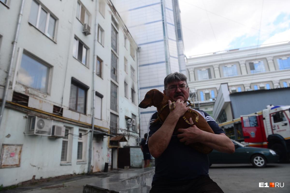 Житель загоревшегося дома со своей собакой
