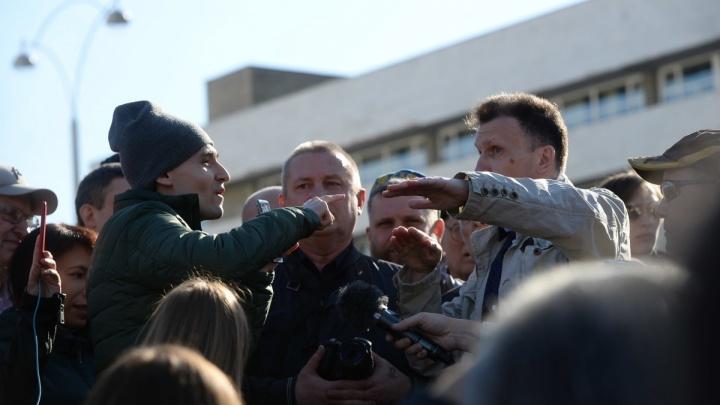 «Бей трубой в подъезде»: после акции в сквере у Драмы директора Е1.RU засыпали угрозами