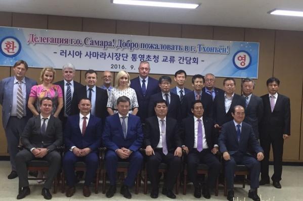 На фото Ольга Фурсова стоит в самом центре официальной делегации Самары