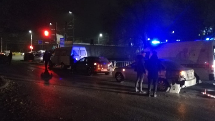 Есть пострадавшие: в Волгограде грузовик протаранил несколько легковушек