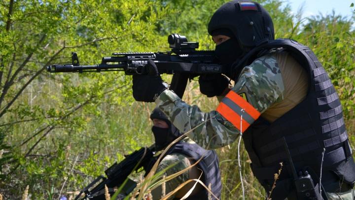 С огнестрельным и холодным оружием: в Чапаевске отработали план-перехват террористов