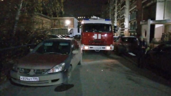 В случае ЧП пожарные не смогут заехать в каждый второй двор Екатеринбурга из-за припаркованных машин