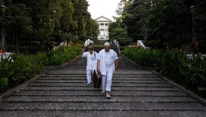 Сбежав из дома престарелых, старики начинают радоваться жизни
