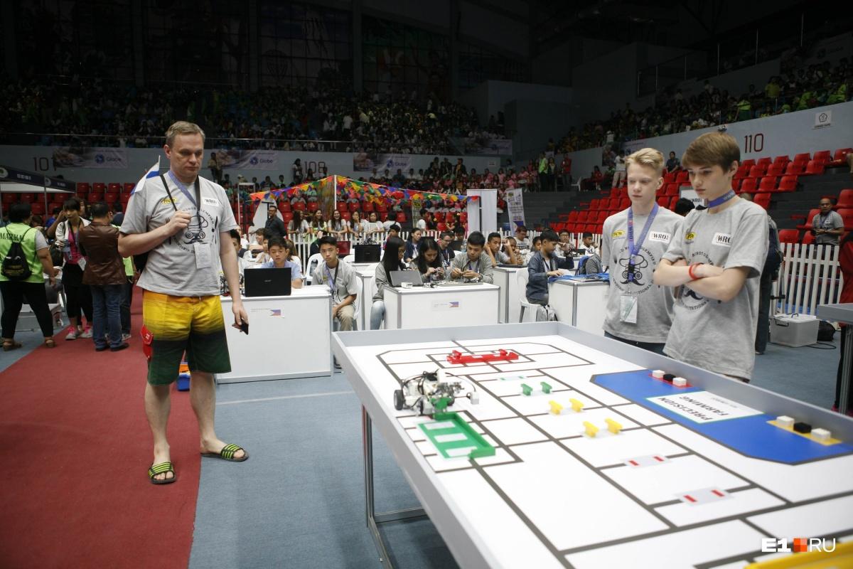 В зоне старта были шесть кубиков — черные и белые. Робот их должен распознавать и считать