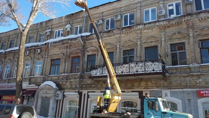 Крыши самарских многоэтажек не очищали от снега из-за сильных порывов ветра