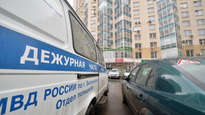 В ЖК «Бажовский» стянули силовиков из-за мужчины, который бегал по двору с пистолетом