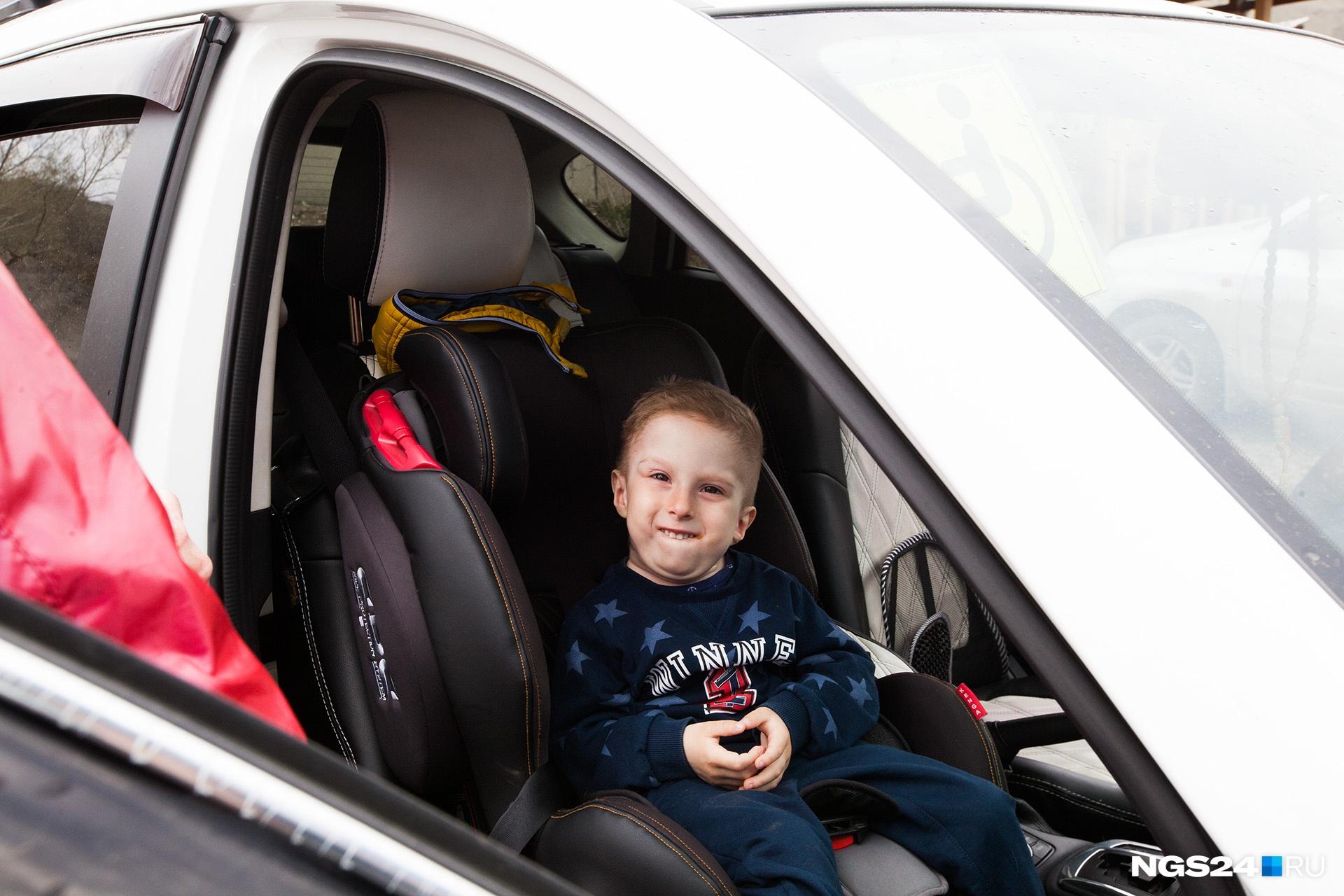 Тимофей очень любит сидеть в машине и слушать музыку