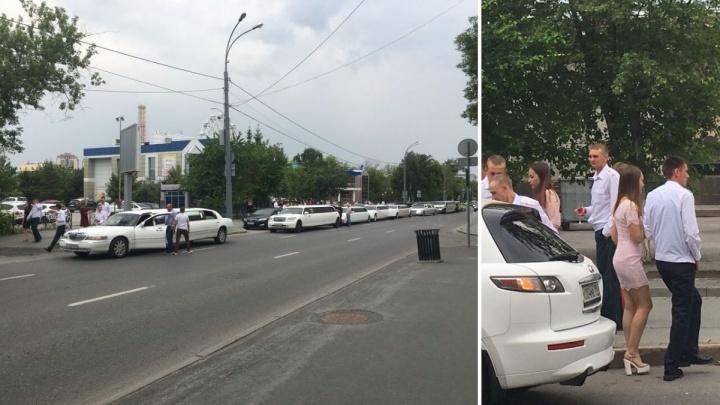 Центр Тюмени заставили лимузинами: студенты ТВВИКУ с размахом отметили выпускной