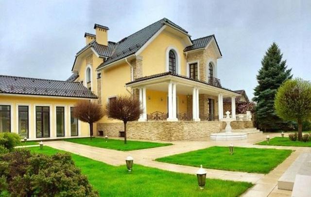 Бассейн, фонтан и собственный кинотеатр: в Ростове продают дом за 75 миллионов рублей