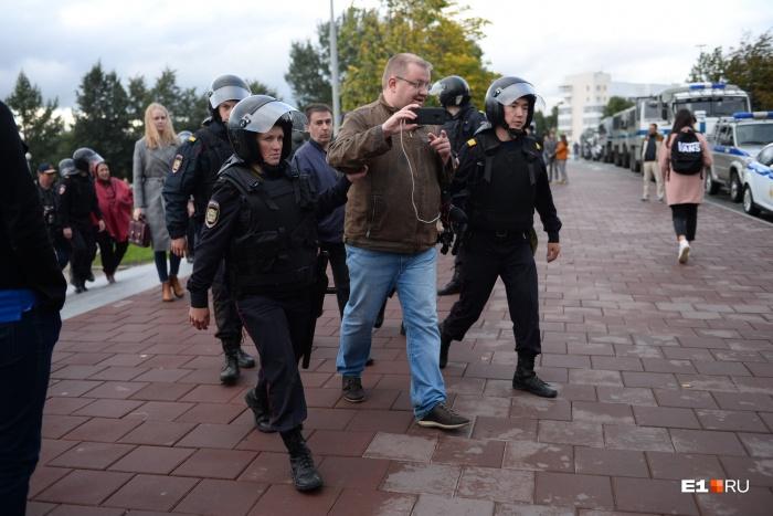 Сергея под руку увели с митинга