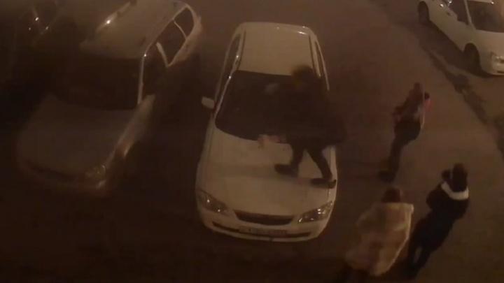 В Самарской области нашли подростков, которые устроили забег по капотам машин