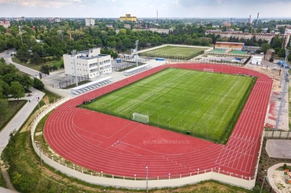 Красавец-стадион внутри прогнил и покрылся плесенью