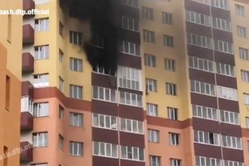 Черный дым окутал многоэтажку