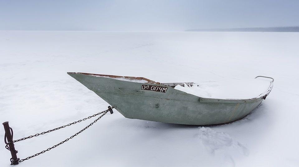 Лодка в снежном плену