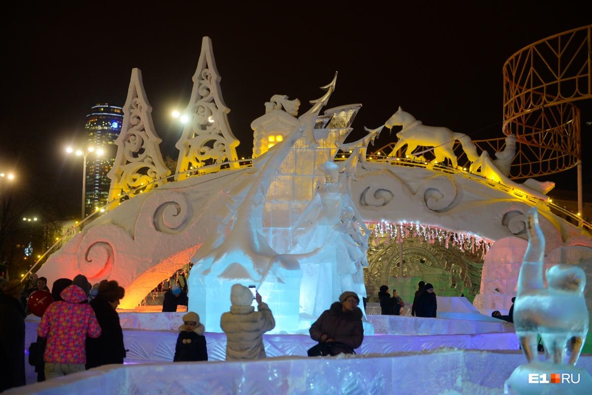 На открытие ледового городка пришли дети и их родители