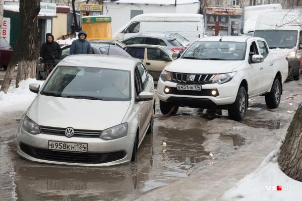 Увязшие машины приходится доставать из ям