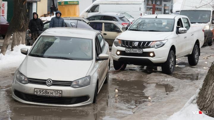 «Дорога смерти»: к волгоградским многоэтажкам не могут проехать скорые и жильцы