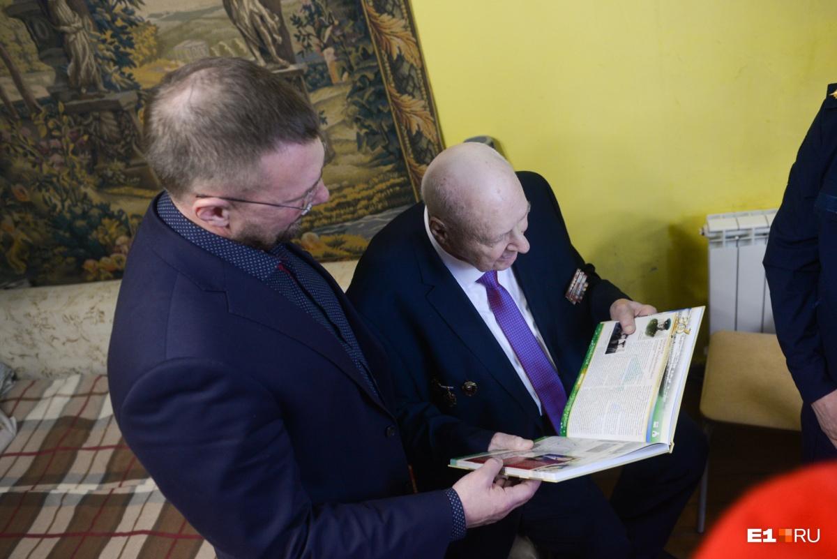 Глава районной администрации показал статью о Токареве в книге, изданной к юбилею Железнодорожного района