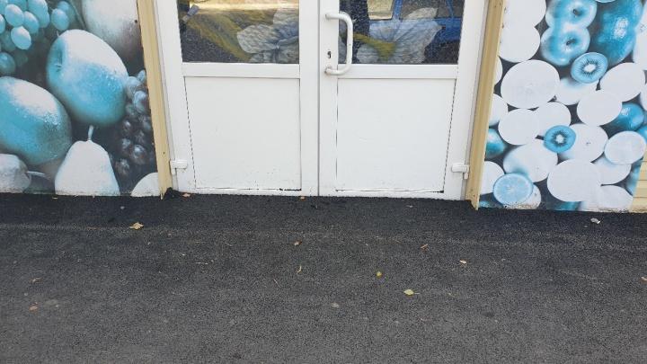 «Всё по проекту»: дорожники замуровали ворота частных домов и двери магазинов на Полевой