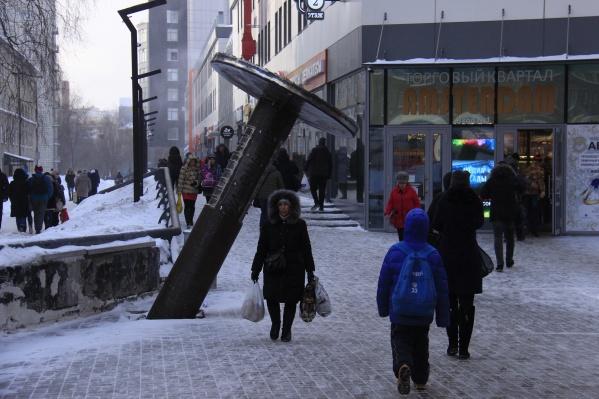 Скульптуру открыли 23 февраля 2018 года на улице Геодезической, а уже через 11 месяцев администрация нашла в нём нарушения