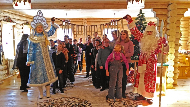 Под Новосибирском появилась усадьба Деда Мороза, куда детей увозит Баба-яга
