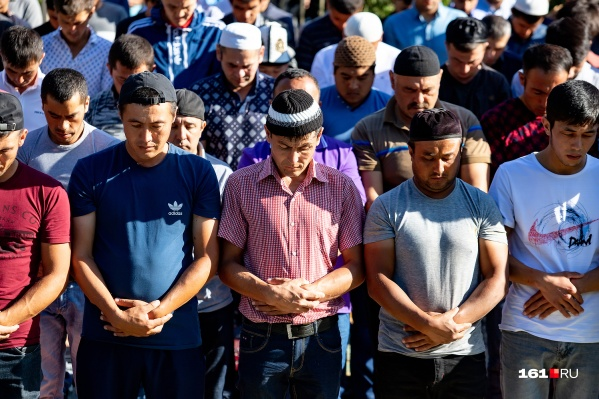Сотни верующих собрались возле ростовской мечети