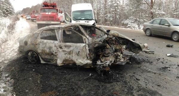 Volkswagen Polo сгорел дотла после столкновения на встречке под Нижним Тагилом