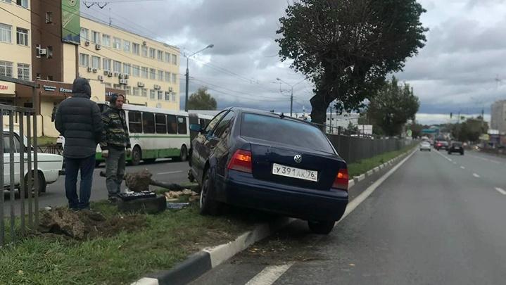 «Машина в заборе, следов на дороге нет»: в Ярославле на Московском проспекте произошло ДТП