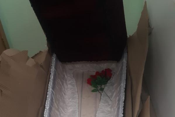 Перед тем, как открыть коробку, её осмотрели кинологи.