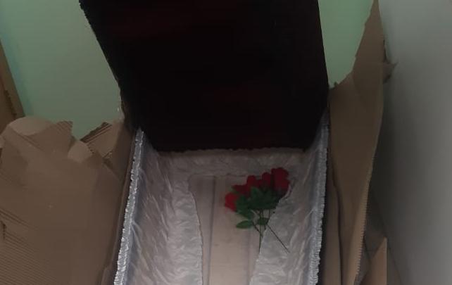 «Блондинка, это тебе»: хозяйке табачного магазина прислали гроб с гвоздиками и подписью