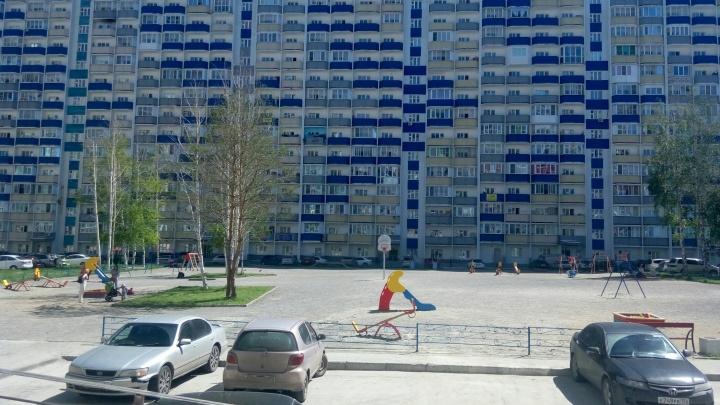«Бил коленом в грудь»: подросток избил двух детей на площадке в Первомайском районе