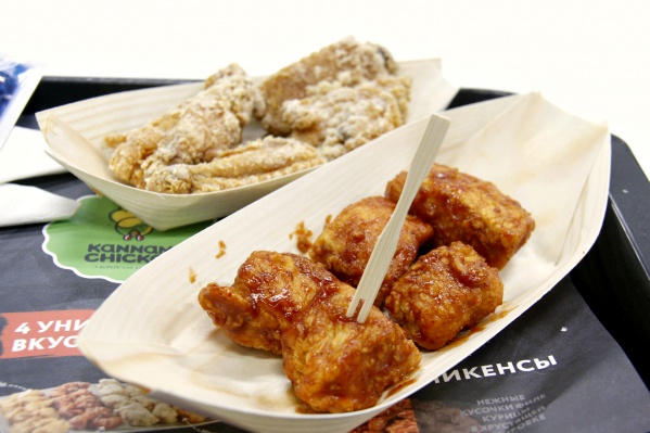 Курятину в Kannam Chicken выкладывают в лодочки из шпона. Вилочки — тоже деревянные