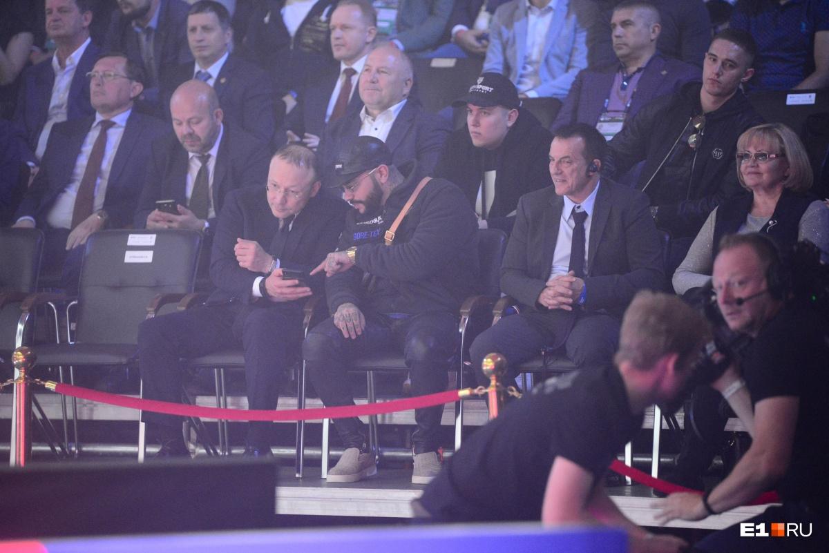 Выходить на сцену, чтобы получить награду в номинации, Игорь Алтушкин не стал, а еще он что-то показывал Тимати в телефоне