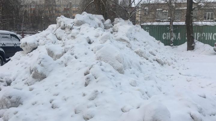 Горы собранного снега привезли во двор: жительница Архангельска сняла на видео работу ПДУ