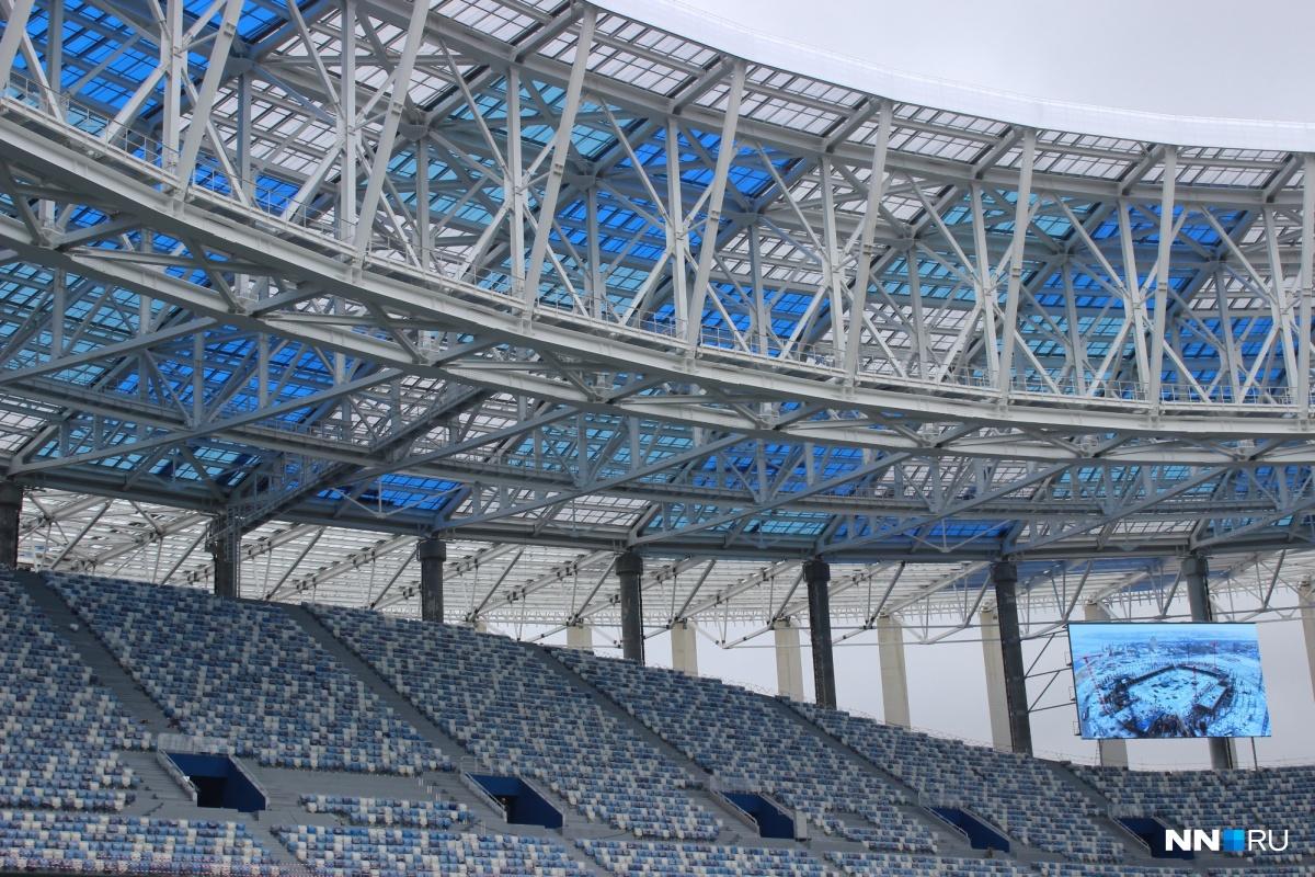 Установлены мониторы, где сейчас транслируется строительство стадиона. Потом по ним можно будет смотреть матч.