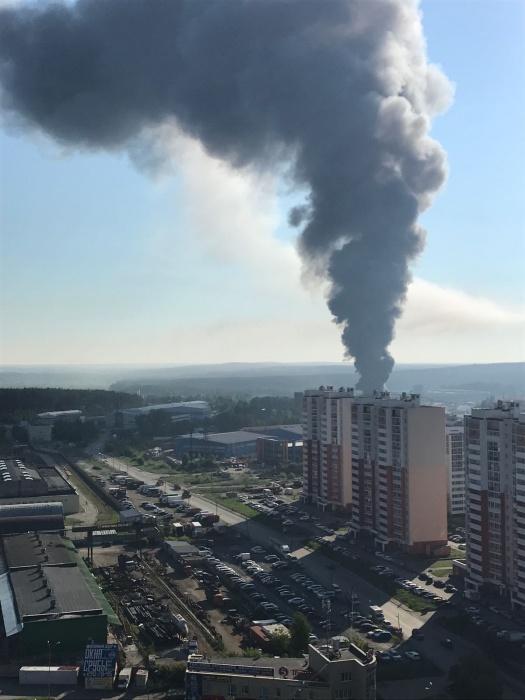 На Эльмаше обуздали пожар на складе, где хранятся масла